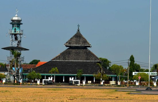 Giava, Indonesia: Bentuk atap masjid Demak ini menjadi rujukan bagi pembangunan masjid saat ini