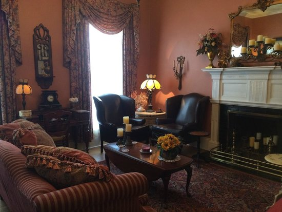 The Aerie Bed and Breakfast: Living Room