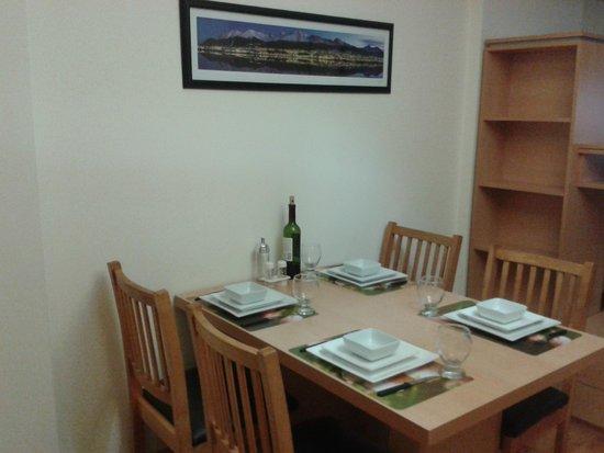 Callao Suites: Arrumação da área de jantar
