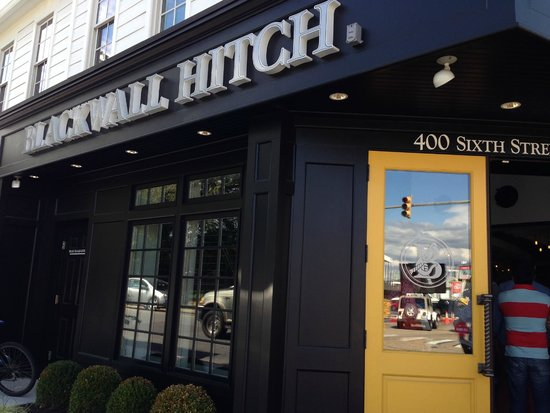 Blackwall Hitch Annapolis: This is the outside - we could smell the aroma of the delicious food from across the street!