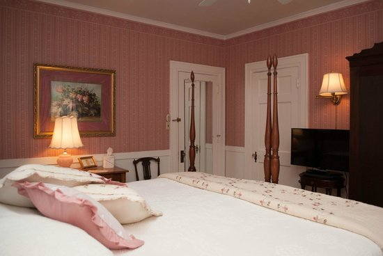 Colonial Capital Bed and Breakfast: James Room set up as a King