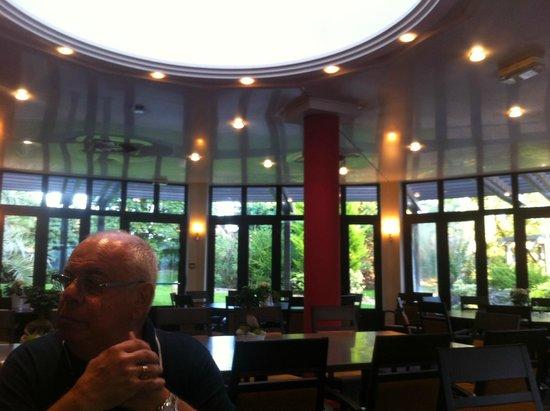 vaste salle de restaurant photo de h tel oceania nantes aeroport bouguenais tripadvisor. Black Bedroom Furniture Sets. Home Design Ideas