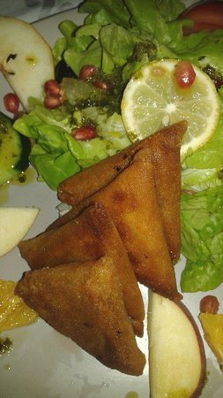 La Table Marocaine: Assortiments de triangles de bricks en entrée