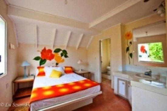 Coffeeriver Cottages: Garden View Apartment Orange Bedroom
