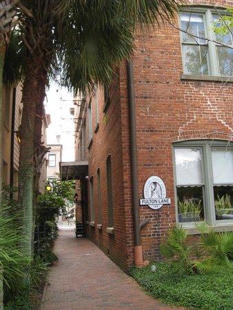 Fulton Lane Inn : Entrance to the inn down a little alley
