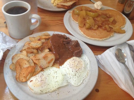 Fireside Restaurant & Pancake Inn: Potroast with eggs, and a side of apple pancakes. Yum!