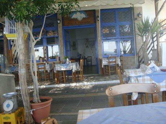 Hotel Restaurant Lefka Ori : Entrata hotel e tavoli ristorante