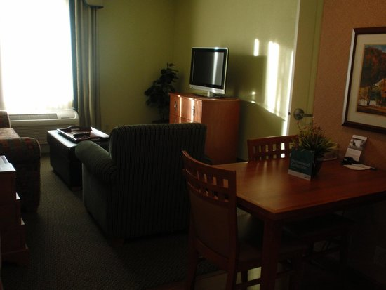 Homewood Suites by Hilton Newburgh-Stewart Airport: living room and kitchenette