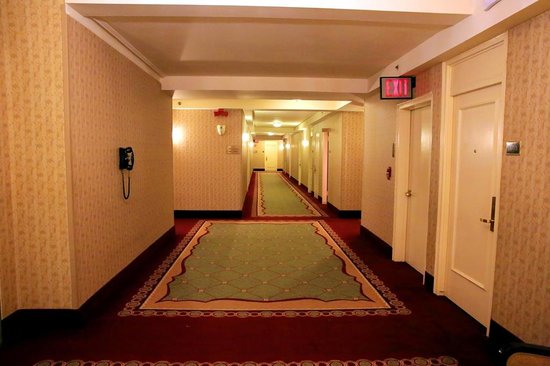 The Roosevelt Hotel : corredor