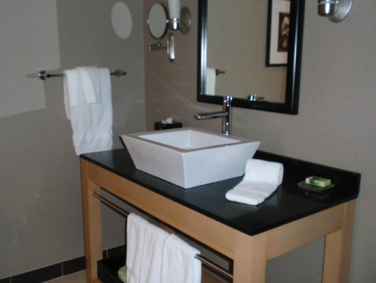 Cambria hotel & suites: modern bathroom