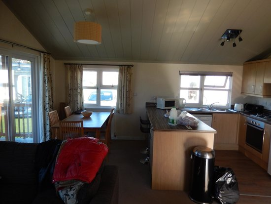 Seadown Holiday Park: Kitchen & dining area