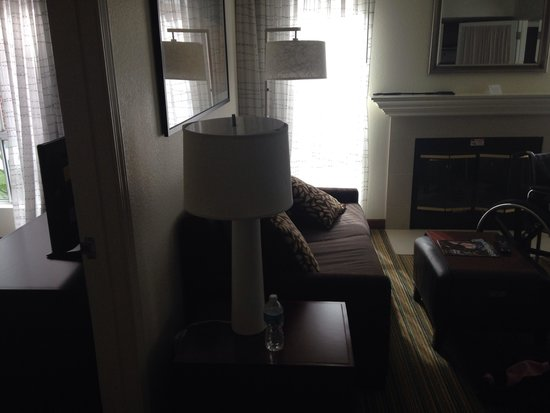 Residence Inn Sacramento Airport Natomas: Living room couch with fireplace