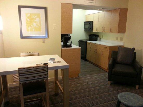 Sonesta ES Suites St. Louis: kitchen & dining area