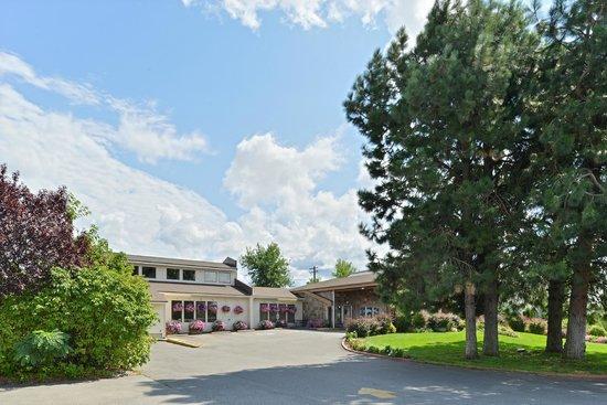 Quality Inn & Suites: Driveway/Exterior