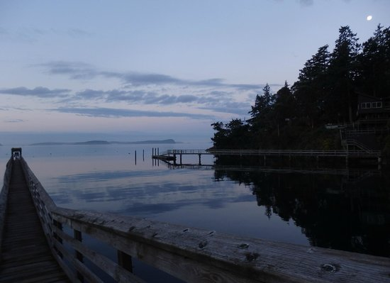 Blackberry Beach Cabins: Watching the sunset to the west and the moon rise in the east