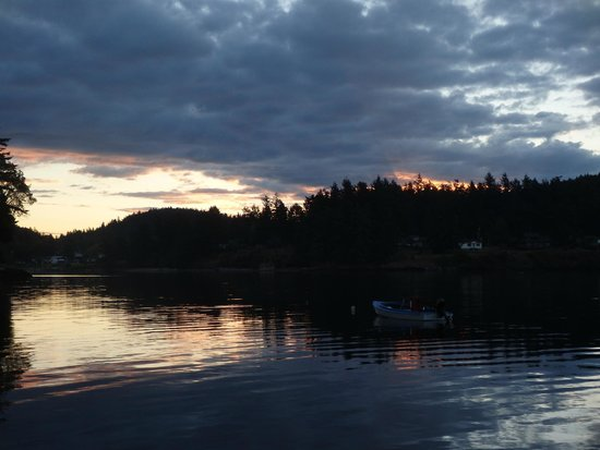 Blackberry Beach Cabins: Gorgeous sunset viewed from the dock