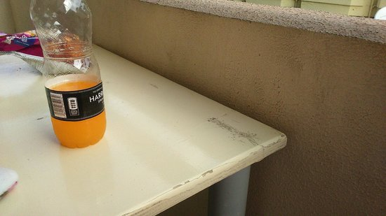 Green Mar Apartments: Manky table