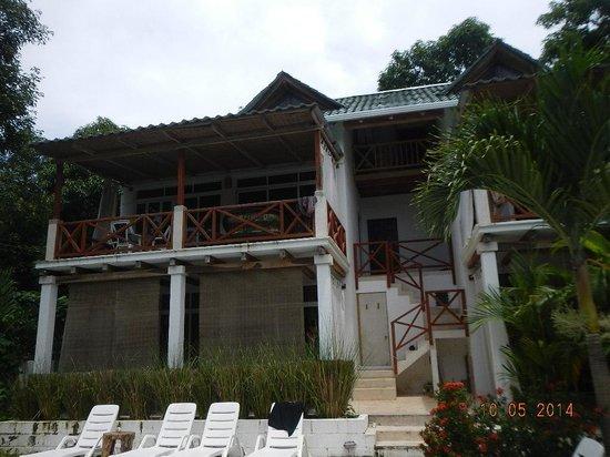 Principe del Pacifico: buildings by pool