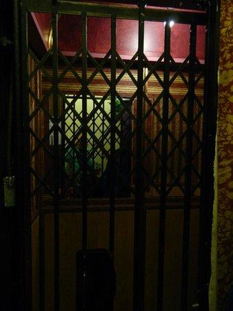 ديدوود ديكس هوتل: Elevator in hotel