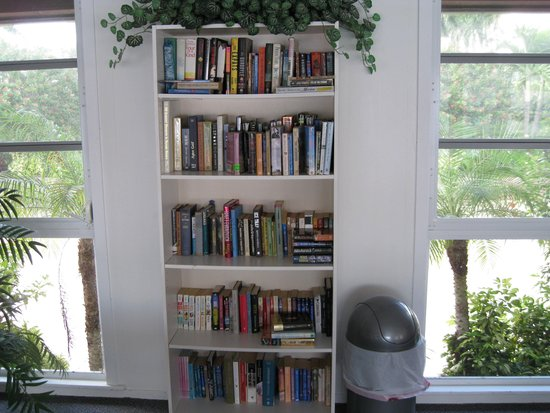 Aloha Kai Vacation Rentals: Paper back book lending library