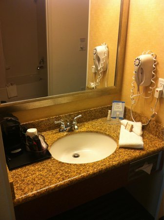 Baymont Inn & Suites Denver International Airport : Sink area, in main room