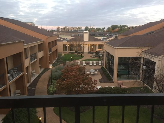 Courtyard St. Louis Creve Coeur: Courtyard View from Room