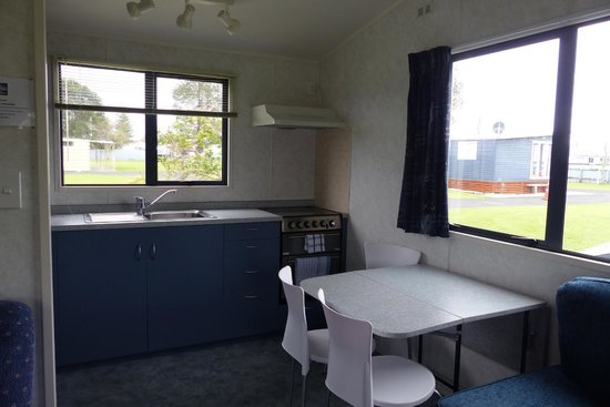 Mercury Bay Holiday Park: View into the kitchen