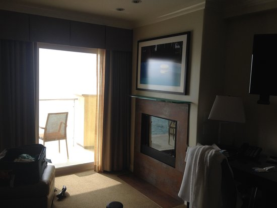 Malibu Beach Inn: Fireplace and patio