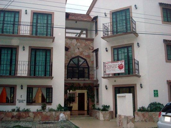 Hotel Alux: Fachada do hotel