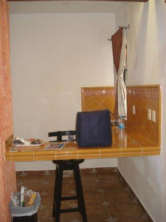 Hotel Alux: Vista do balcão de cozinha