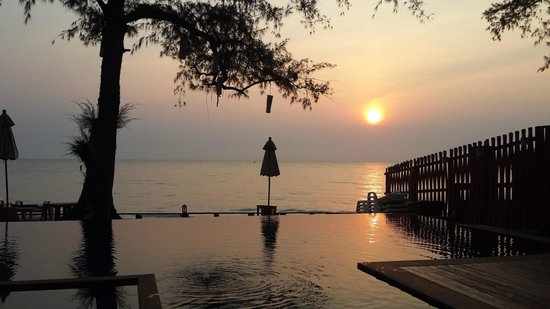 Baan Talay Dao Resort: สระริมทะเล
