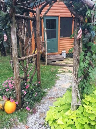 Rim Rock's Dogwood Cabins: Archway and entrance into Bear's Den