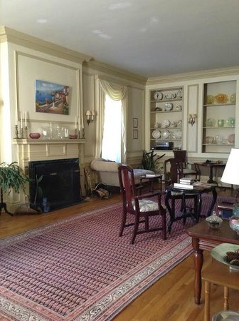 Antique Mansion B&B: Parlor