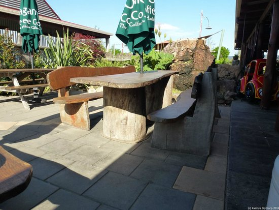 Oaklands Cafe: Wood works... A table that won't blow away!