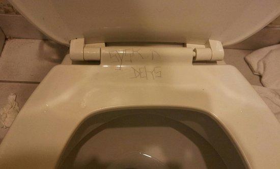 Bokai Garden Hotel : grafitti on toilet seat