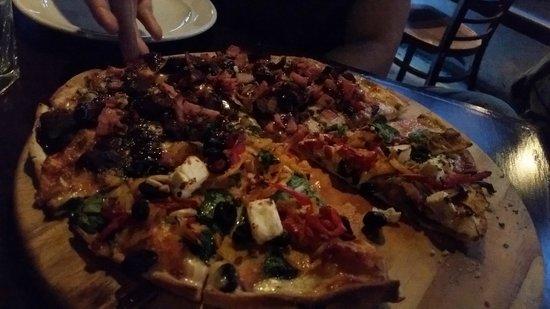 Winnies : beautiful pizza!