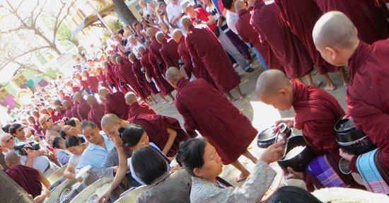 Mahagandayon Monastery: 11.00am meal line