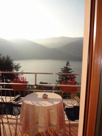Hotel San Marino - Laglio: enjoy breakfast with a view