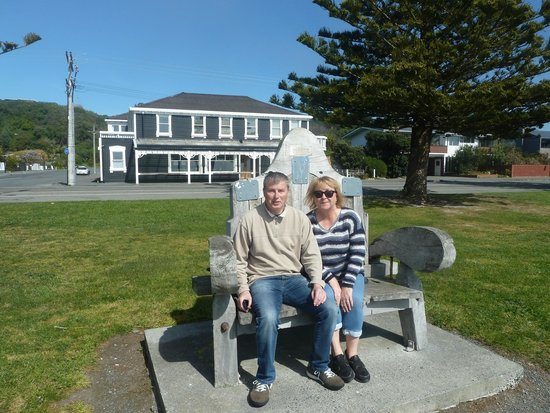 Kaikoura Boutique Hotel : Ian & Sue with hotel in background