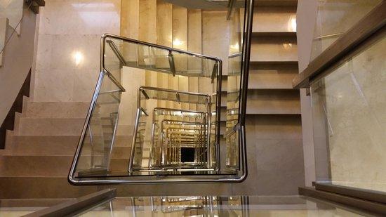 Hotel Claridge : escaleras, 13 plantas de vertigo
