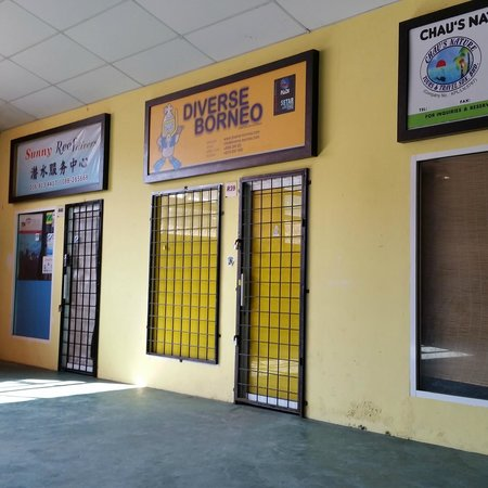 Diverse Borneo: dive store at jetty