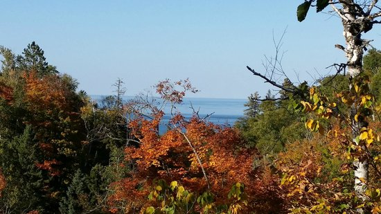 The Voyageurs Motel : View of foliage and Lake Superior from my room