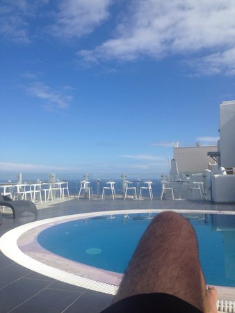 Rena's Rooms & Suites: Poolside looking out to sea