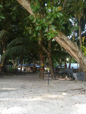 Gold Star Beach Resort: Beach passage