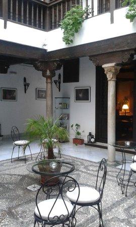 Hotel Casa del Capitel Nazari: Patio