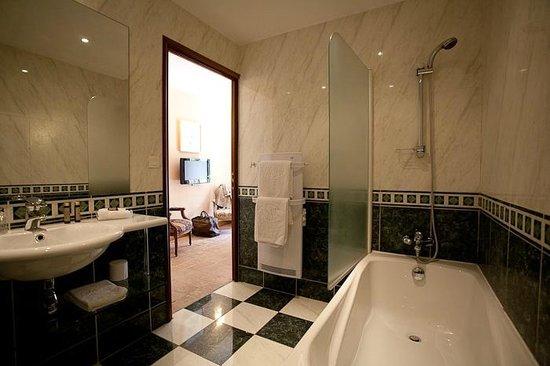 les Hauts de Sainte Maure : salle de bain chambre classique