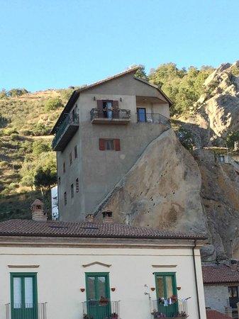 Casa sulla roccia foto di le dolomiti lucane for Piani di casa di roccia
