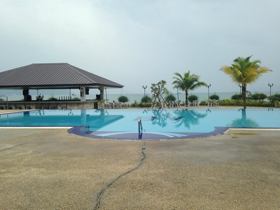 Bella Vista Waterfront: pool area with sea in background