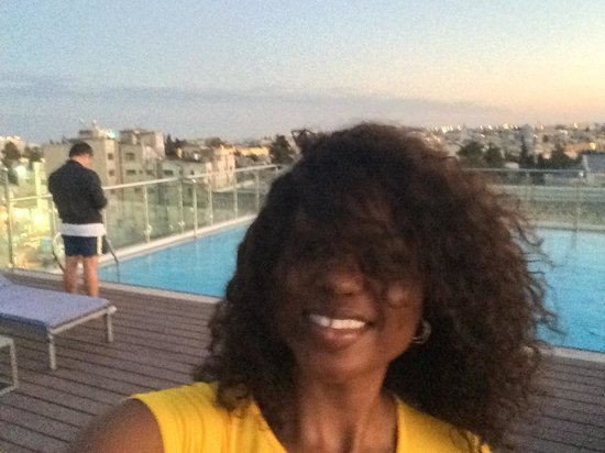 St. George Hotel Jerusalem: very windy evening at the roof top pool