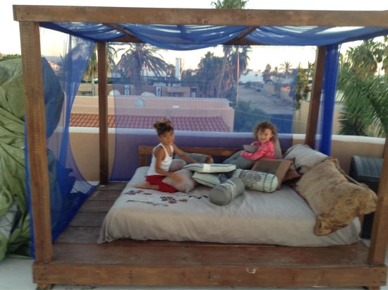 Casa Kootenay Bed and Breakfast: Kids playing on the rooftop relaxation center....